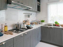 Imagem de uma cozinha elegante e com todos os seus utensílios expostos.