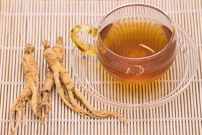 Xícara de chá com o ginsen ao lado é um exemplo de como a fitoenergética ajuda a saúde.