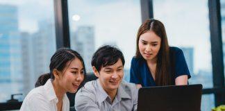 Grupo de empresários olha a conta digital no computador.