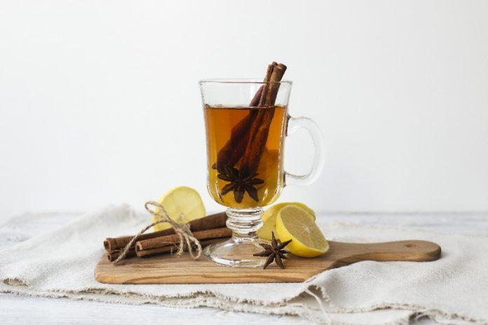 Xícara de chá com canela e limão ilustra como a fitoenergética faz bem.