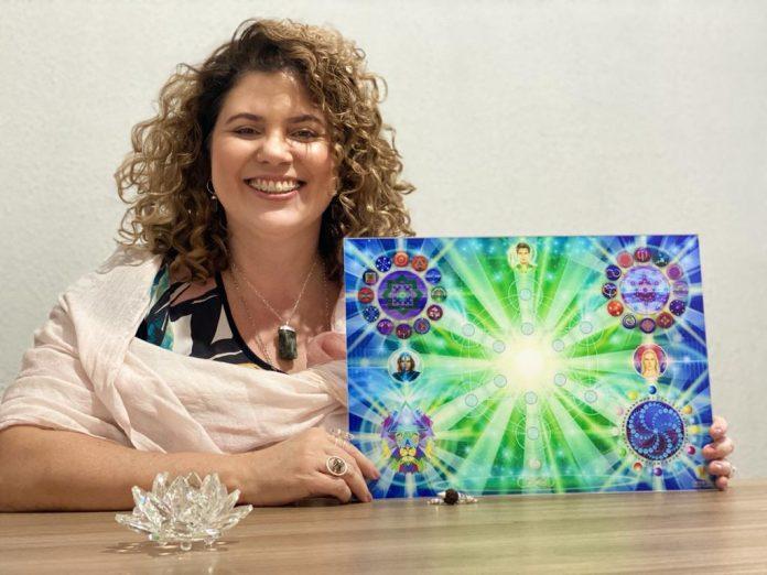Terapeuta Pätrícia Beni mostra sua mesa de cura diamante.