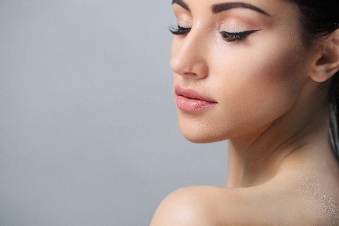 Mulher de perfil mostra o rosto após tratamento de Facelift.