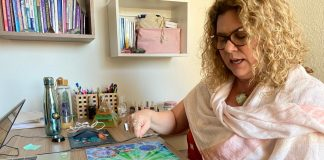 Terapeuta ministra o curso da mesa de cura diamante
