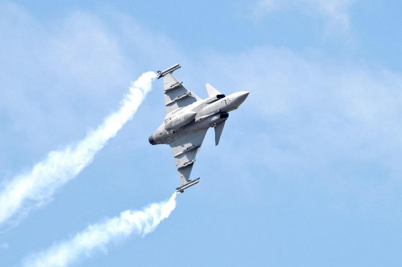 Avião militar sobrevoa espaço aéreo americano.