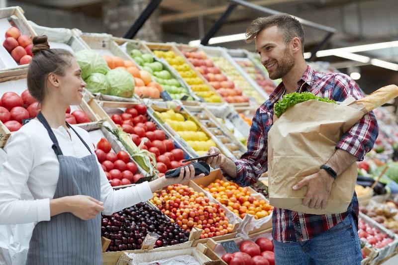 Homem escolhe usar o QR code para pagar suas compras.
