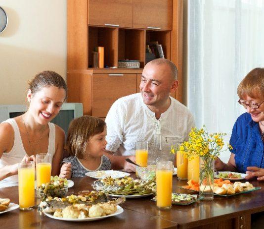 Família está reúnida em almoço e pensa no preço do arroz.