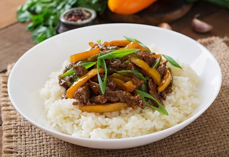 O preço do arroz está alto. Ele é servido com carne e legumes.