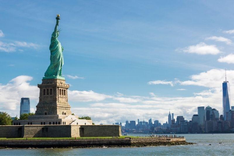 Imagem da Estátua da Liberdade, com a cidade de Nova York ao fundo.