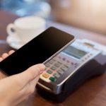 Cliente usa o pix para fazer o pagamento com celular.