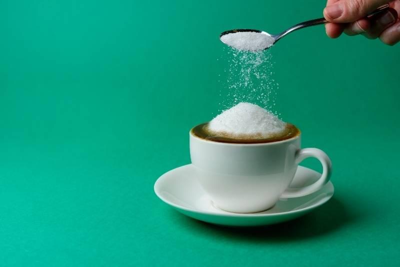 Xícara de café derramando açucar pode causar retinopatia diabética.