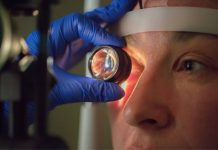 Oftalmologista fazendo exame de fundo de olho para detectar a retinopatia diabética.