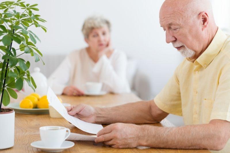 Casal de idosos reflete sobre como vai pagar o convênio.