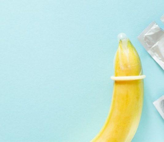 Banana com camisinha mostra opção de educação sexual.