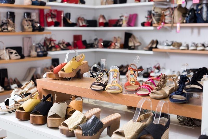 Os cuidados com os pés exigem calçados confortáveis.