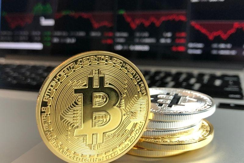 O Bitcoin foi a primeira moeda digital criada nos moldes atuais.